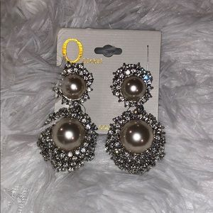 O global: Diamond and pearl earrings